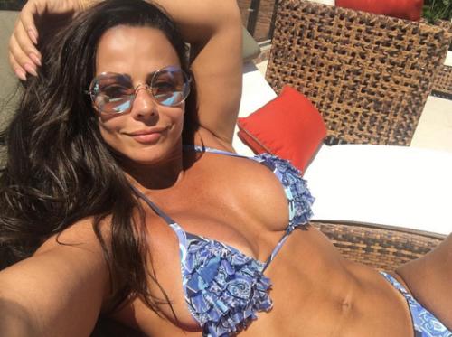 | Viviane Araújo mostra corpaço ao tirar foto de biquíni