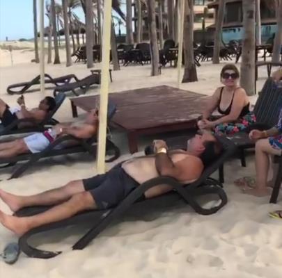 Prefeito de Codajás curte praia em Fortaleza enquanto cidade fica alagada