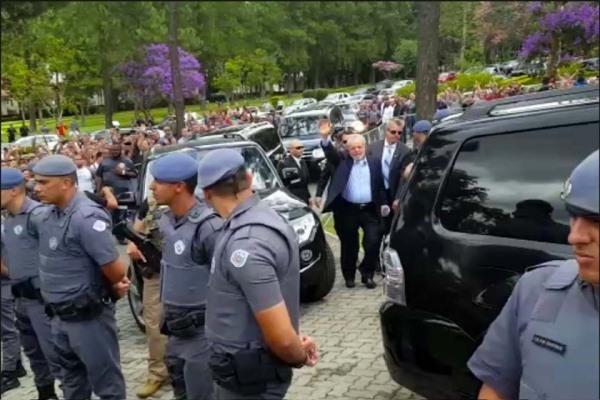Lula retorna à sede da PF depois de duas horas no velório do neto