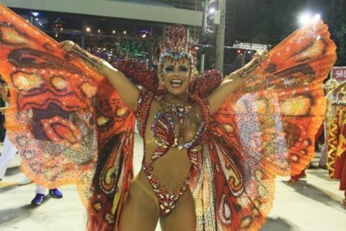 Viviane Araújo leva público ao delírio na Sapucaí