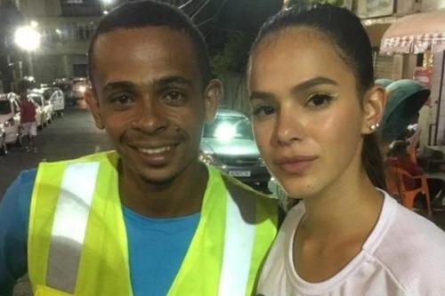 Mototáxi que levou Bruna Marquezine tira sarro e manda recado para Neymar
