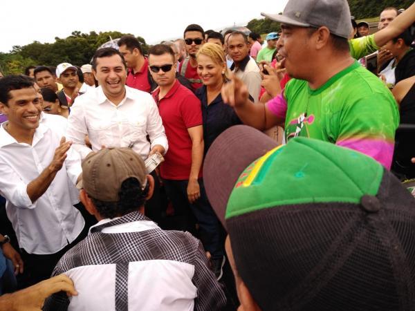 Na chegada a Maués, Wilson é recebido pelas escolas de samba