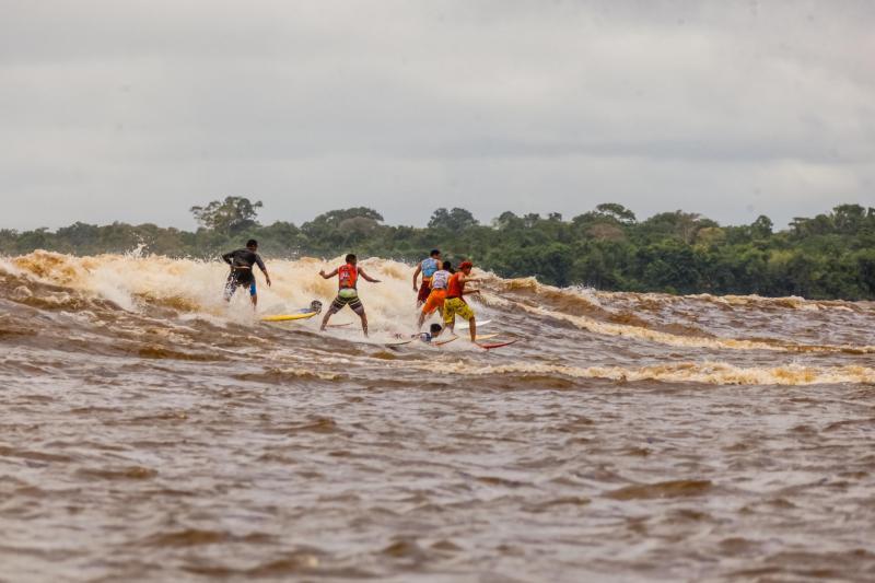 Festival de surf na pororoca é realizado em São Domingos do Capim (PA)