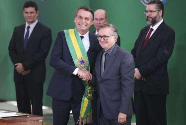 Bolsonaro demite Vélez do Ministério da Educação