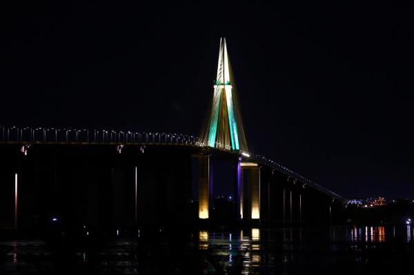 Ponte Rio Negro é iluminada de verde em alusão aos 371 anos do Exército Brasileiro