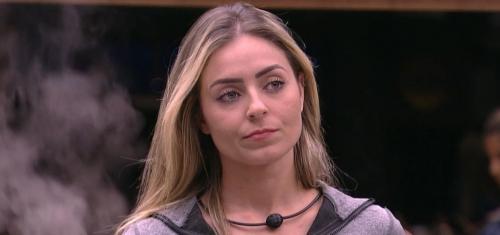 Paula fica em silêncio ao entrar em delegacia para depor sobre intolerância religiosa
