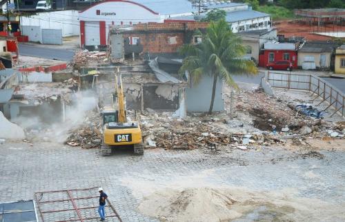 Sete imóveis são demolidos para obra na Constantino Nery, em Manaus