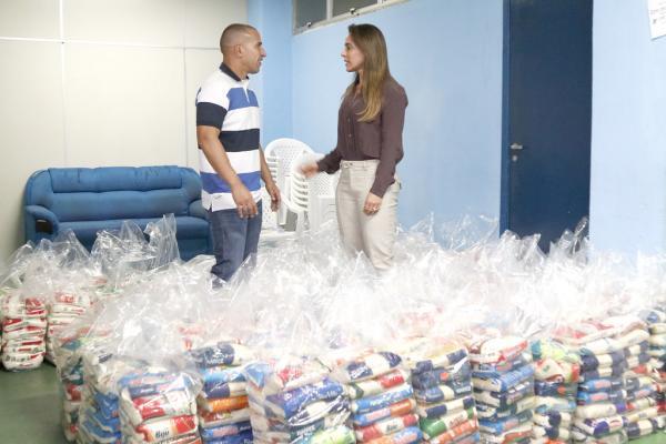 Prefeitura de Manaus recebe alimentos doados na compra de ingressos para Vasco x Corinthians