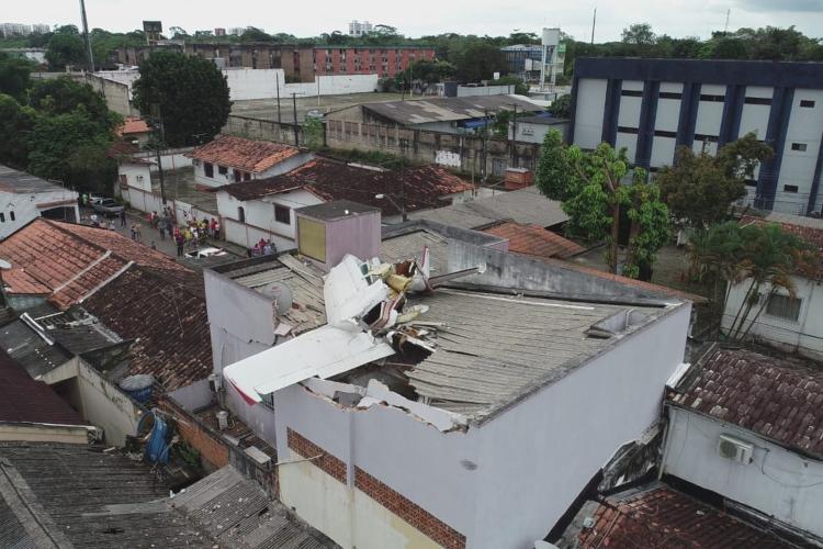 Avião monomotor cai em residência, em Belém; piloto morreu no local