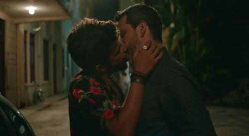 Globo exibe beijo gay em 'Sob Pressão' e movimenta web