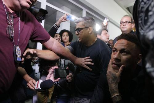Após depor em delegacia no Rio, Neymar agradece carinho de fãs