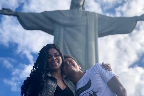 Ex-BBBs Danrley e Elana visitam o Cristo Redentor pela primeira vez