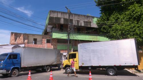 Prédio com risco de desabamento na zona sul de Manaus é demolido