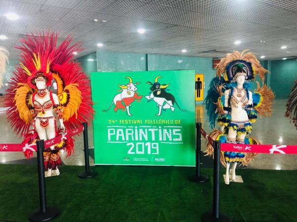 Amazonastur e Infraero inauguram exposição com peças de artistas do Festival de Parintins