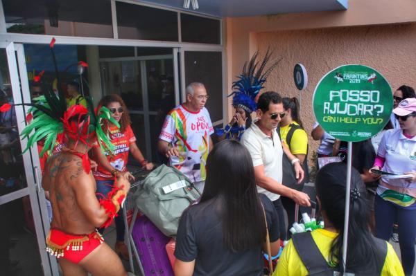 Turistas são recebidos em Parintins com pocket show de boi-bumbá
