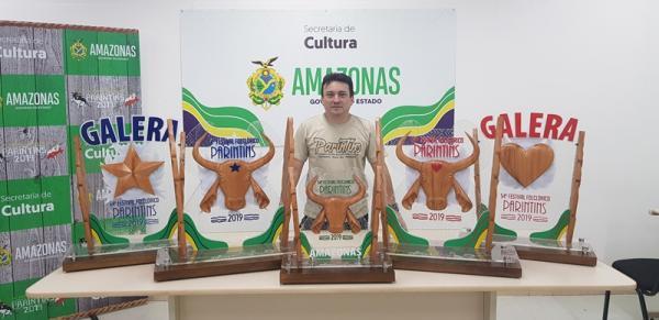 Troféus do bumbá vencedor foram criados com elementos regionais