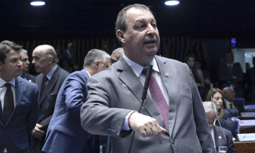 Senador Omar Aziz defende PEC que autoriza acúmulo de cargos por militares