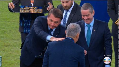 Tite e Marquinhos se recusam a cumprimentar Bolsonaro em premiação da Copa América