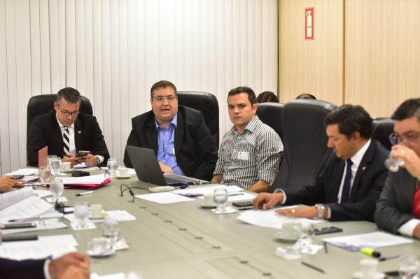 Governo do AM vai suspender reajuste de salários dos servidores estaduais
