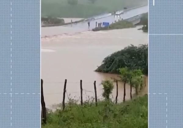 Barragem rompe, atinge povoado e ameaça mais duas cidades na Bahia