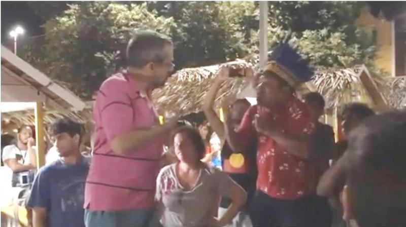 De férias, em Alter do Chão, ministro da Educação bate boca com indígenas; VÍDEO