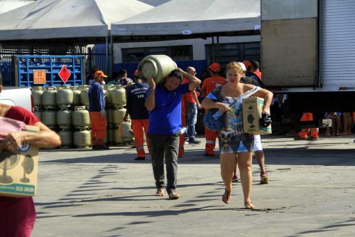 Em Manaus, vítimas do incêndio no Educandos recebem carga de gás e ventilador