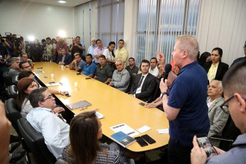 Prefeito de Manaus endurece medidas contra donos de empresas de ônibus