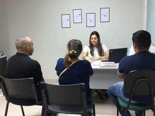 Família inclui 'segundo pai' em registro de menina, em Manaus