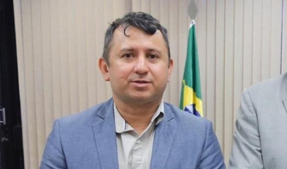 Com salários de funcionários atrasados, prefeito de Juruá contrata shows por R$ 848 mil