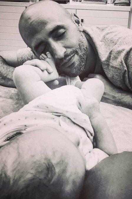 Paulo Gustavo aparece pela primeira vez paparicando um dos filhos gêmeos