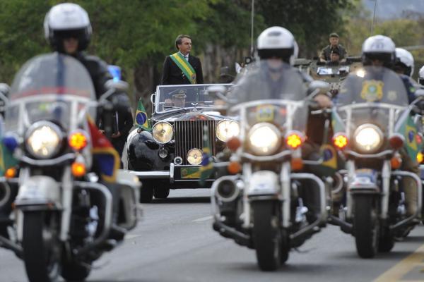 Bolsonaro e ministros acompanham desfile cívico militar em Brasília