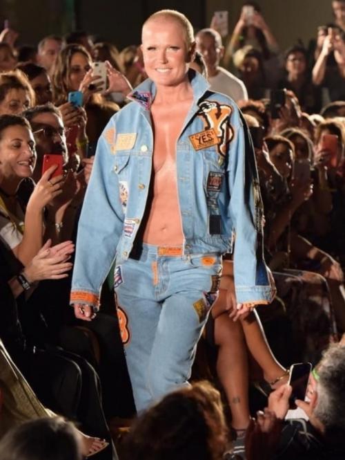 Xuxa desfila sem blusa em evento fashionista no Rio e causa frisson
