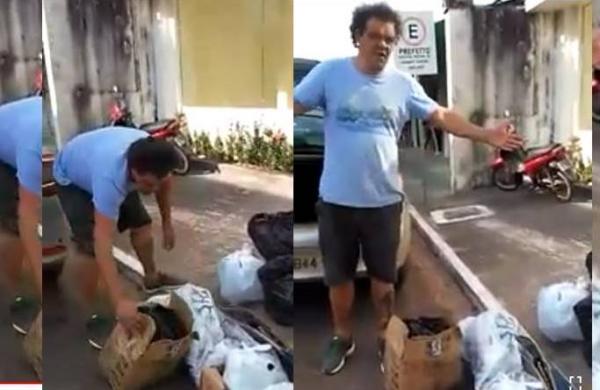 Moradores de Presidente Figueiredo jogam lixo na porta da Prefeitura, em protesto