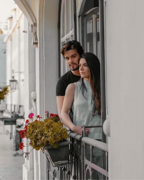 Em passeio de balão Luan Santana pede namorada em casamento