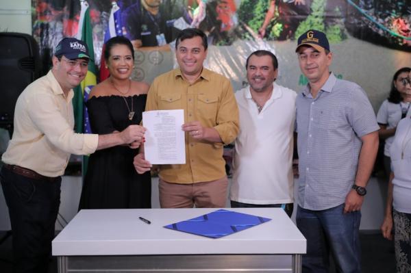 Wilson Lima assina decreto que beneficiará produtores da 47ª Expoagro