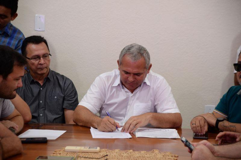 Prefeito assina ordem de serviço para melhorias na infraestrutura e abastecimento de água, em Santarém