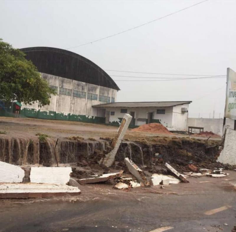 Temporal inunda ruas de Santarém, causa naufrágio e derruba muro de universidade