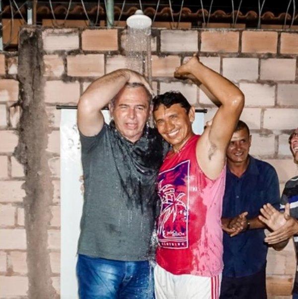 Prefeito de Santarém aceita desafio e toma banho com morador de comunidade