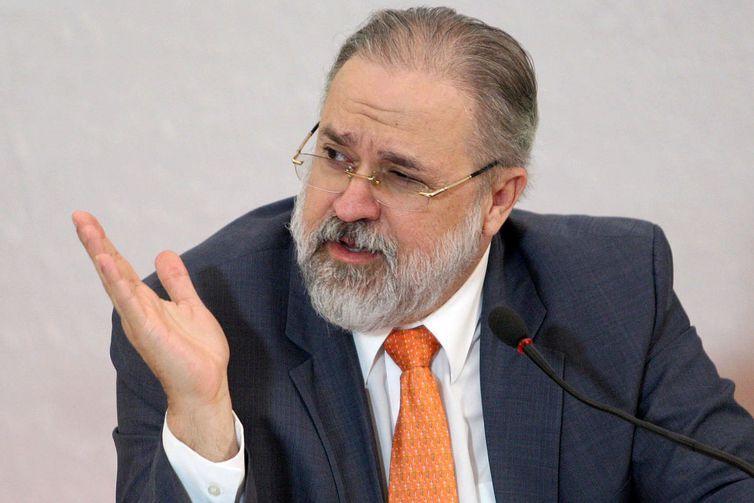 Aras repudia atitudes de Rodrigo Janot e declarações de Gilmar Mendes