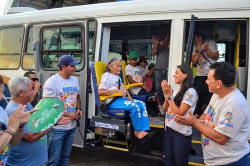 Prefeitura de Parintins entrega novo microônibus para o Programa do Idoso