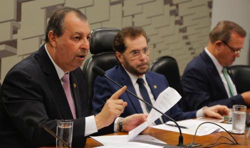 Estados e Municípios ganharam grande presente com o pré sal, diz Omar Aziz