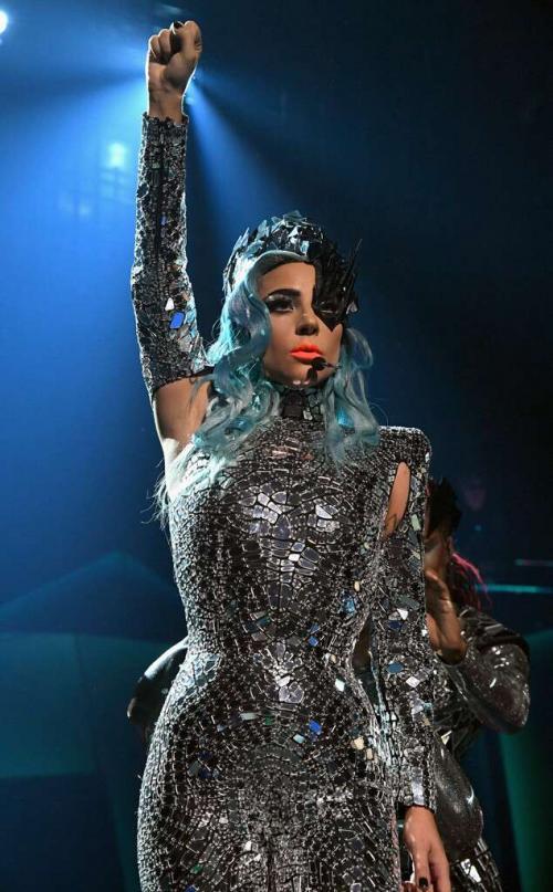 Lady Gaga e fã caem do palco durante show, em Las Vegas; vídeo