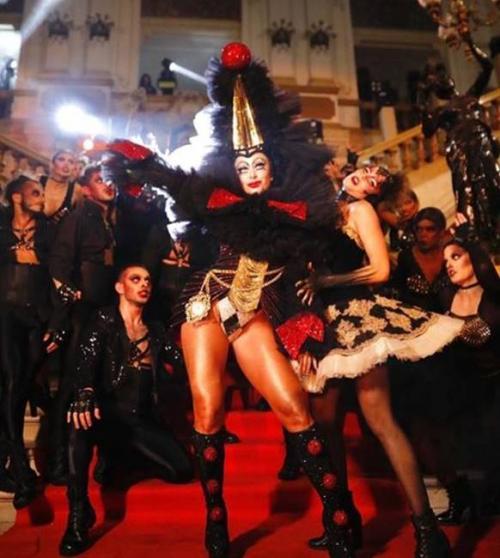 Em festa de Hallowen, Sabrina Sato usa fantasia de 2 metros, com 40 mil cristais