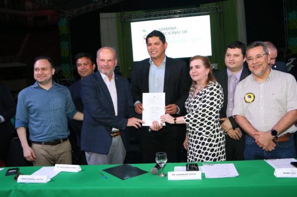 Prefeitura assina TAG com o TCE para acabar com o lixão de Parintins