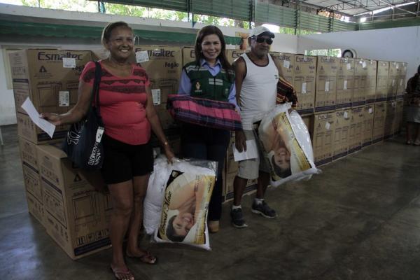 Famílias vítimas do incêndio no bairro Educandos recebem kits de donativos