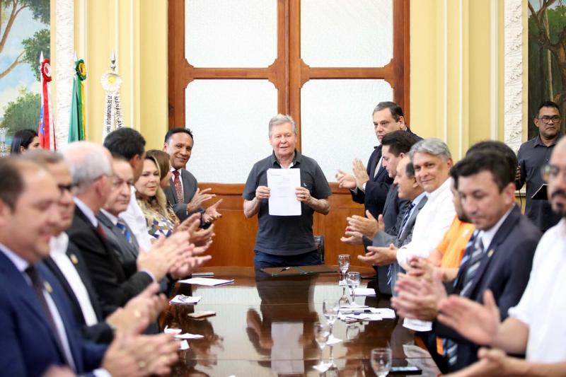 Prefeito de Manaus divulga 37 novas leis de autoria parlamentar