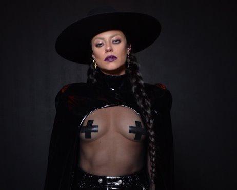 Paolla Oliveira surge sexy e exibe os seios em festa de Halloween