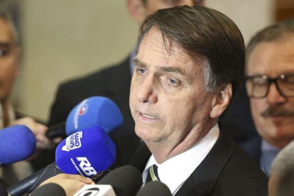 Bolsonaro anuncia que vai acabar com estabilidade de emprego de novos servidores