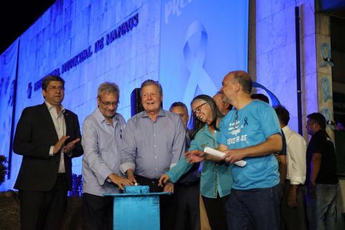 Prefeito de Manaus abre programação do 'Novembro Azul', iluminando prédio da prefeitura