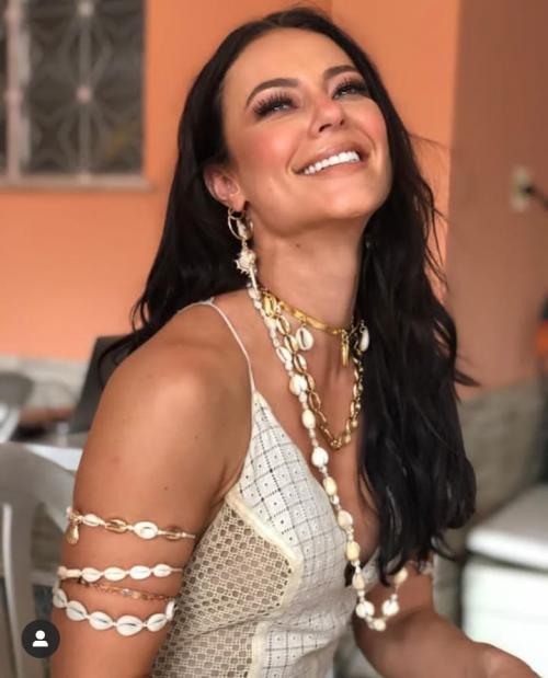 Paolla Oliveira grava clipe da Grande Rio